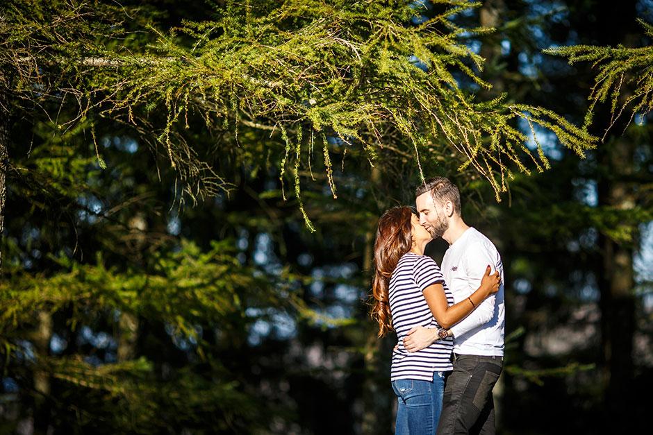 en un entorno verde pareja de novios en un reportaje de pareja