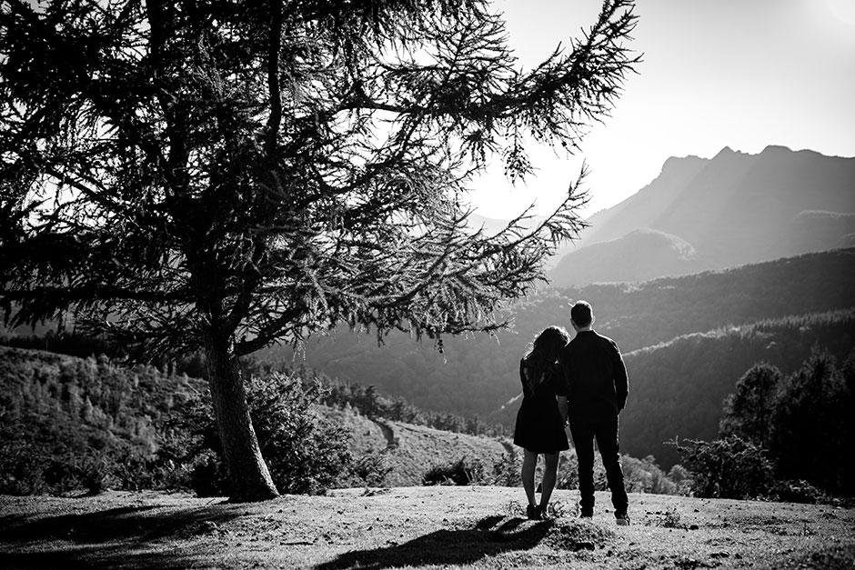 pareja mirando al horizonte en blanco y negro