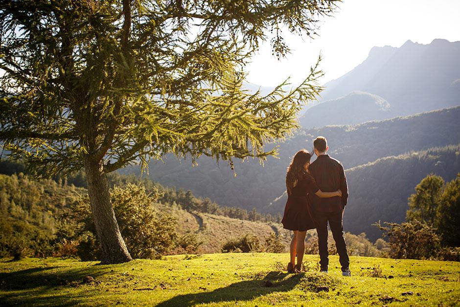 pareja de espaldas besando en su hombro reportaje de pareja en irun