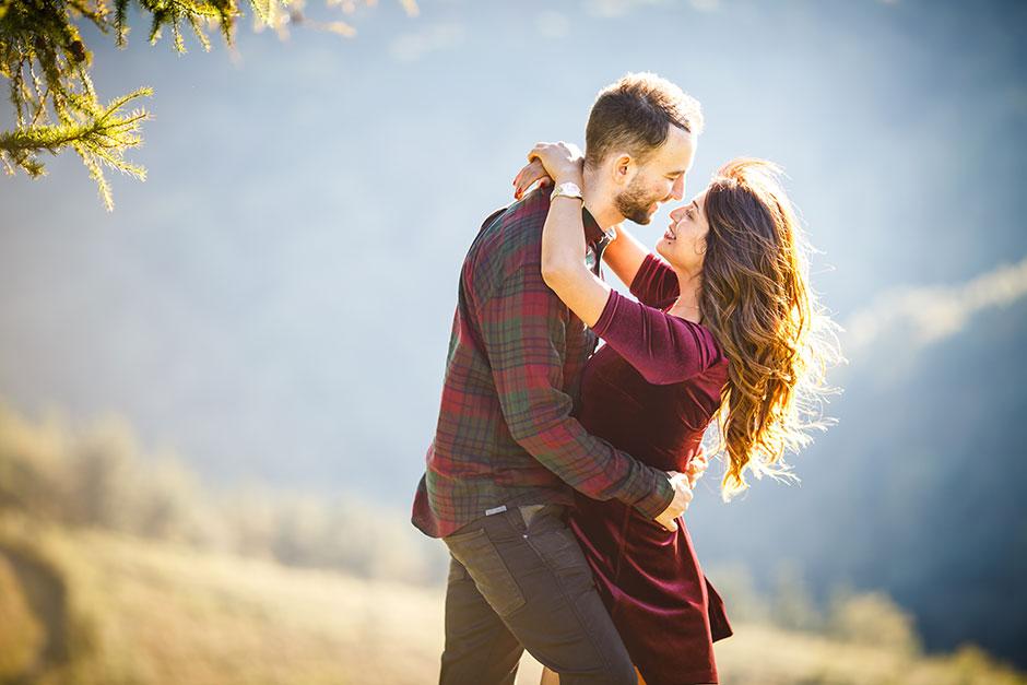 chica abrazando a su novio con colores naranjas y miradas enternecedoras