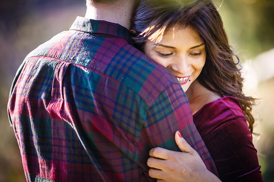 novia abrazada a su novio en un entorno otoñal reportaje de pareja en irun