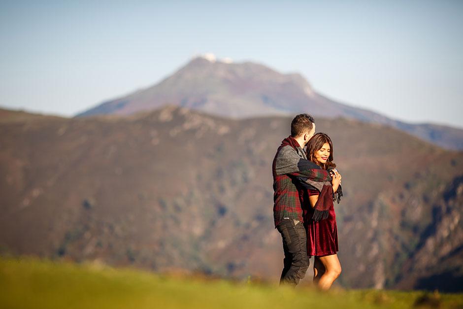 colores otoñales en pleno monte y una pareja abrazandose