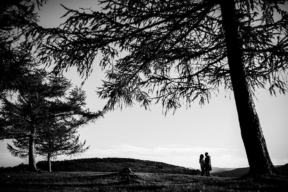 paisaje en blanco y negro con la pareja en pequeñito reportaje de pareja en irun