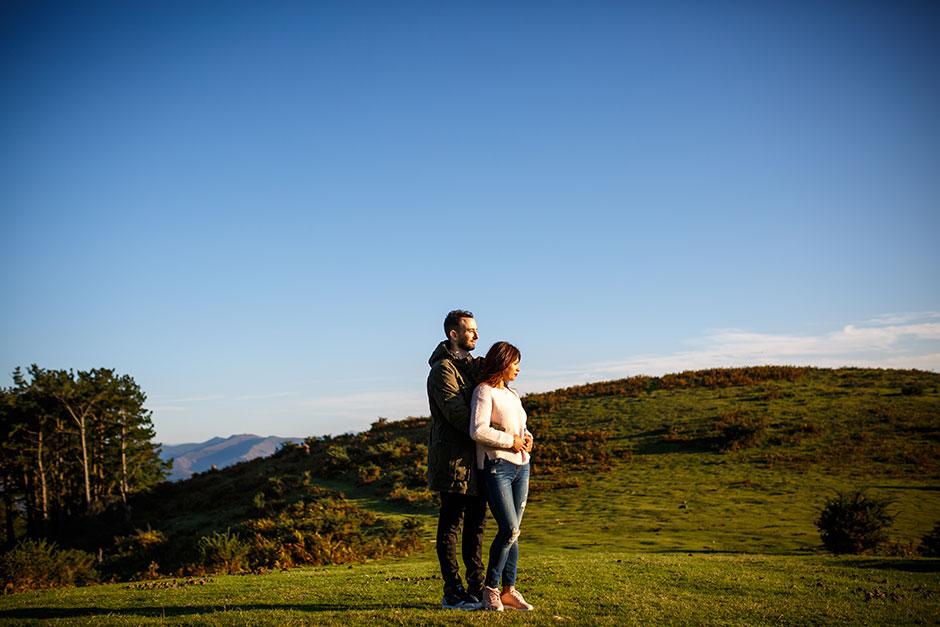 atardecer precioso en peñas novios abrazados reportaje de pareja en irun