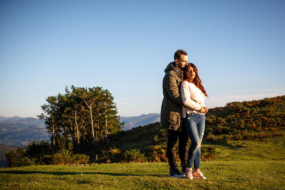 abrazo por detras en el monte en reportaje de pareja en irun