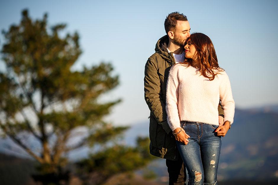 pareja en un atardecer abrazados por detras reportaje de pareja en irun