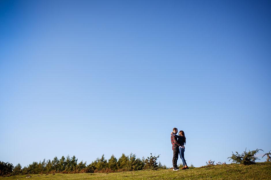 pareja de enamorados en el monte con el cielo azul reportaje de pareja en irun