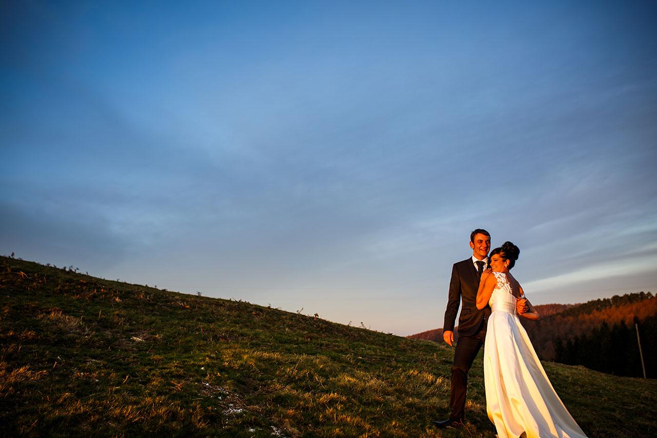 pareja casada mirando el atardecer en artikutza