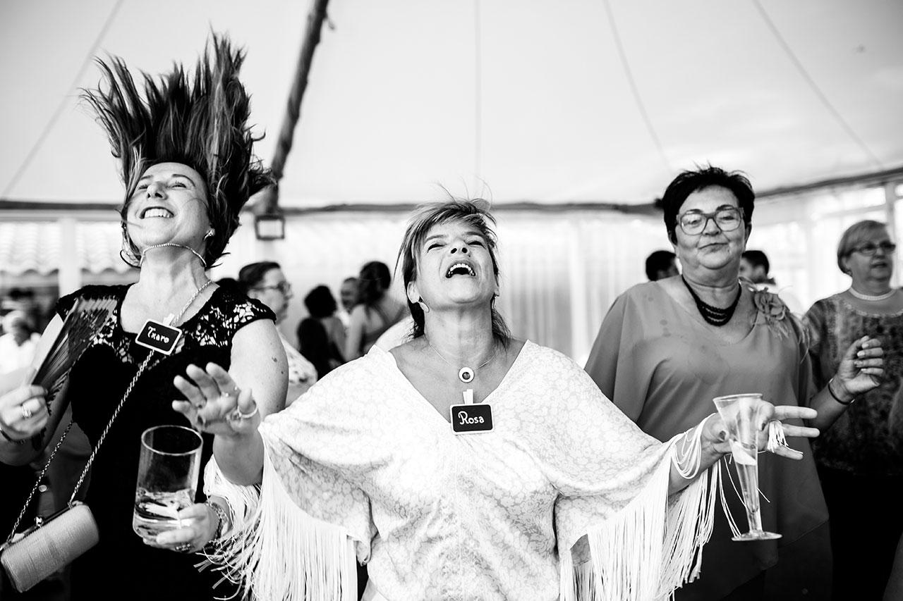invitados bailando en una boda en irun
