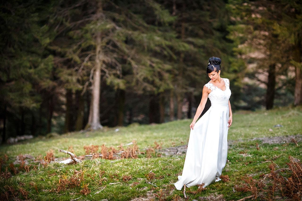 novia subiéndose el vestido
