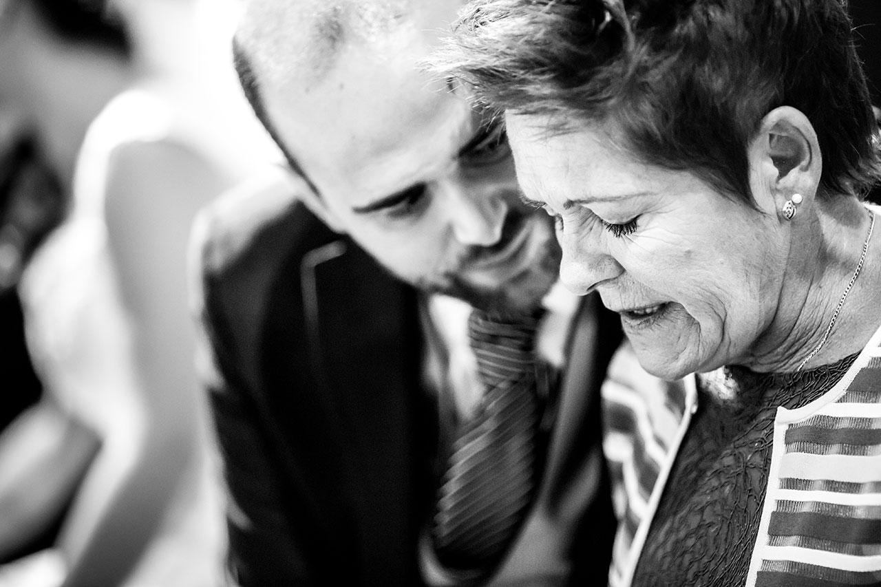 novio consolando a su madre en un a boda en beasain