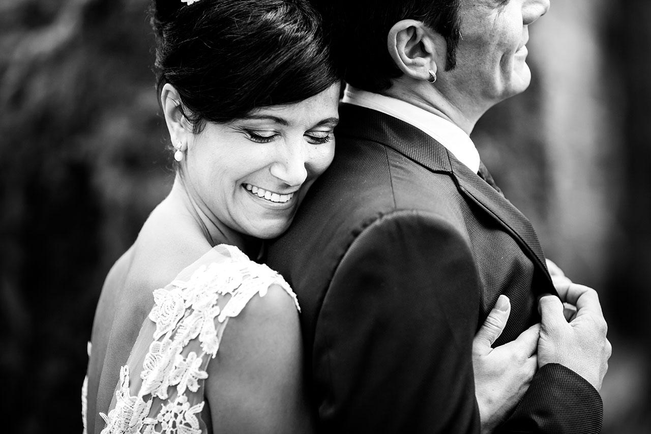 abrazo de novia a su marido por la espalda