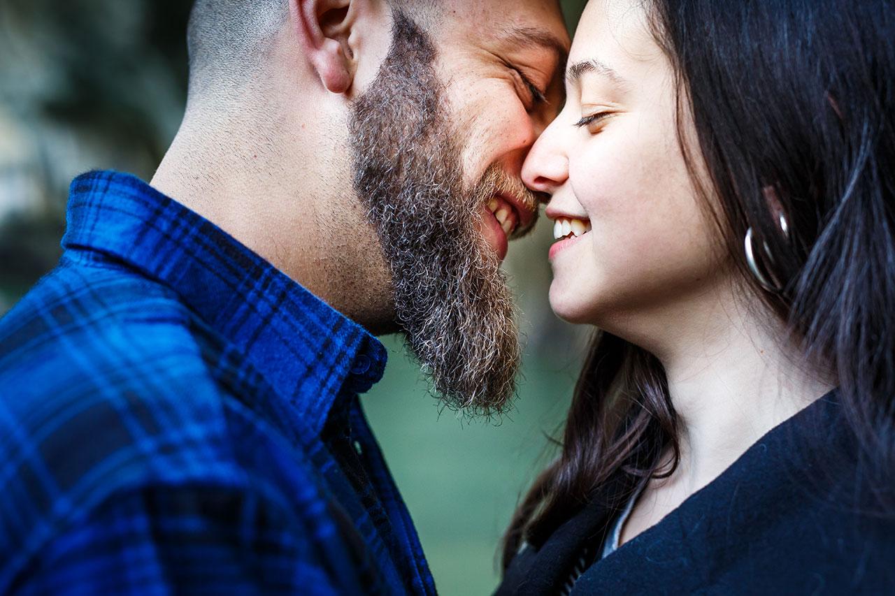 novio besando a su chica