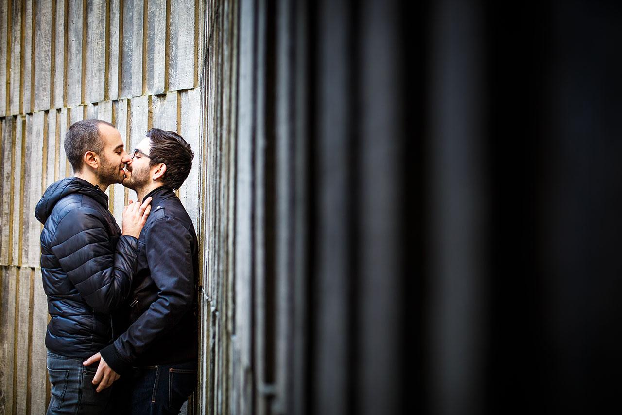 pareja besandose en una pared en hondarribia