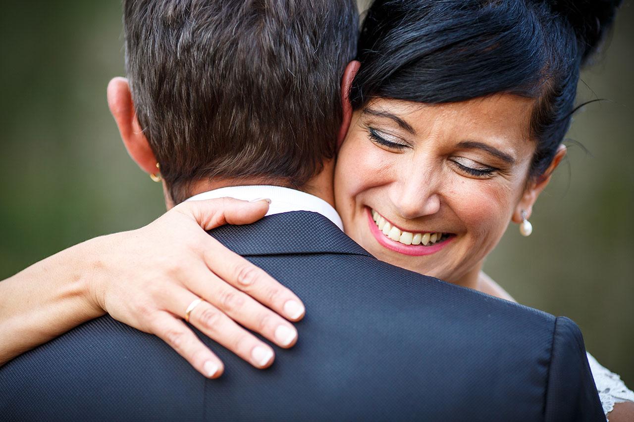 novia abrazada a su marido y sonriendo de cerca