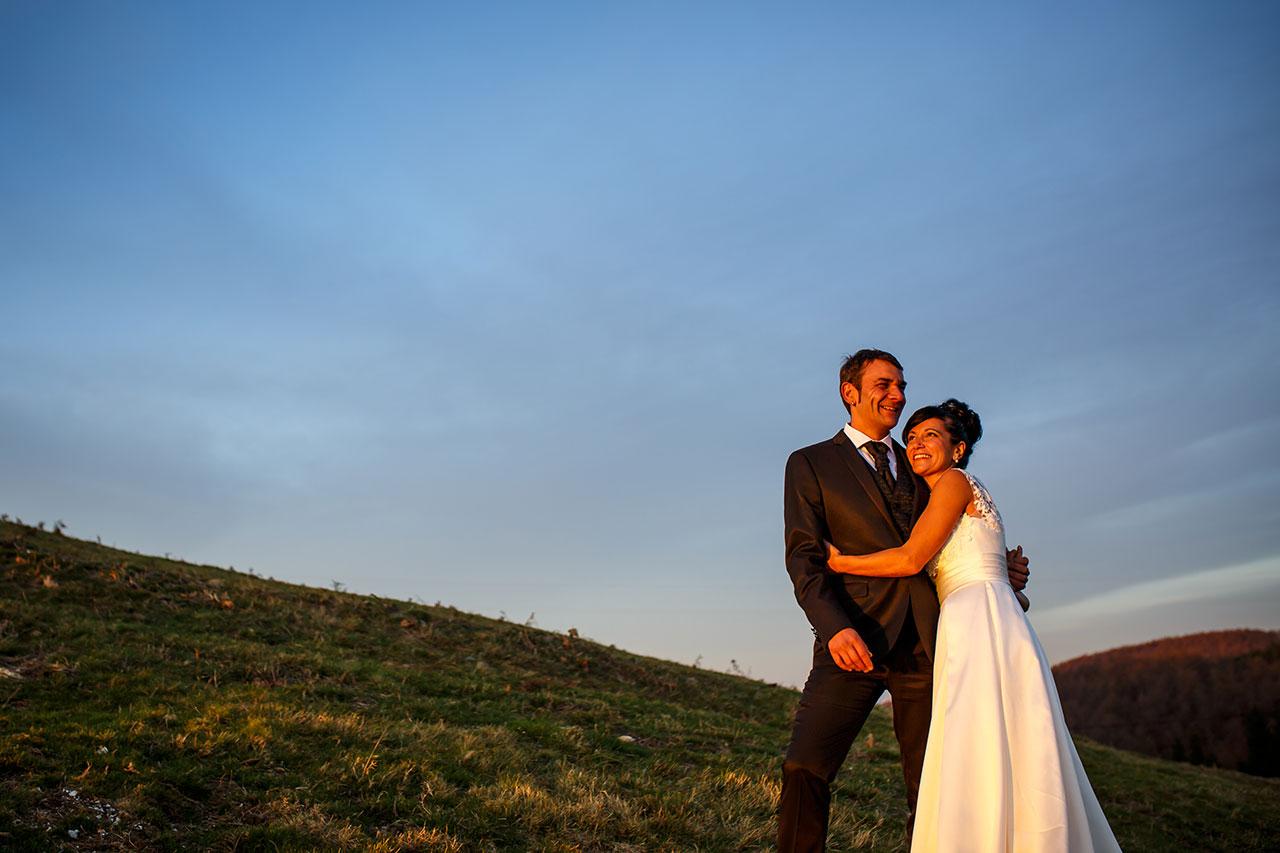 novia abrazando a su marido y sonriendo