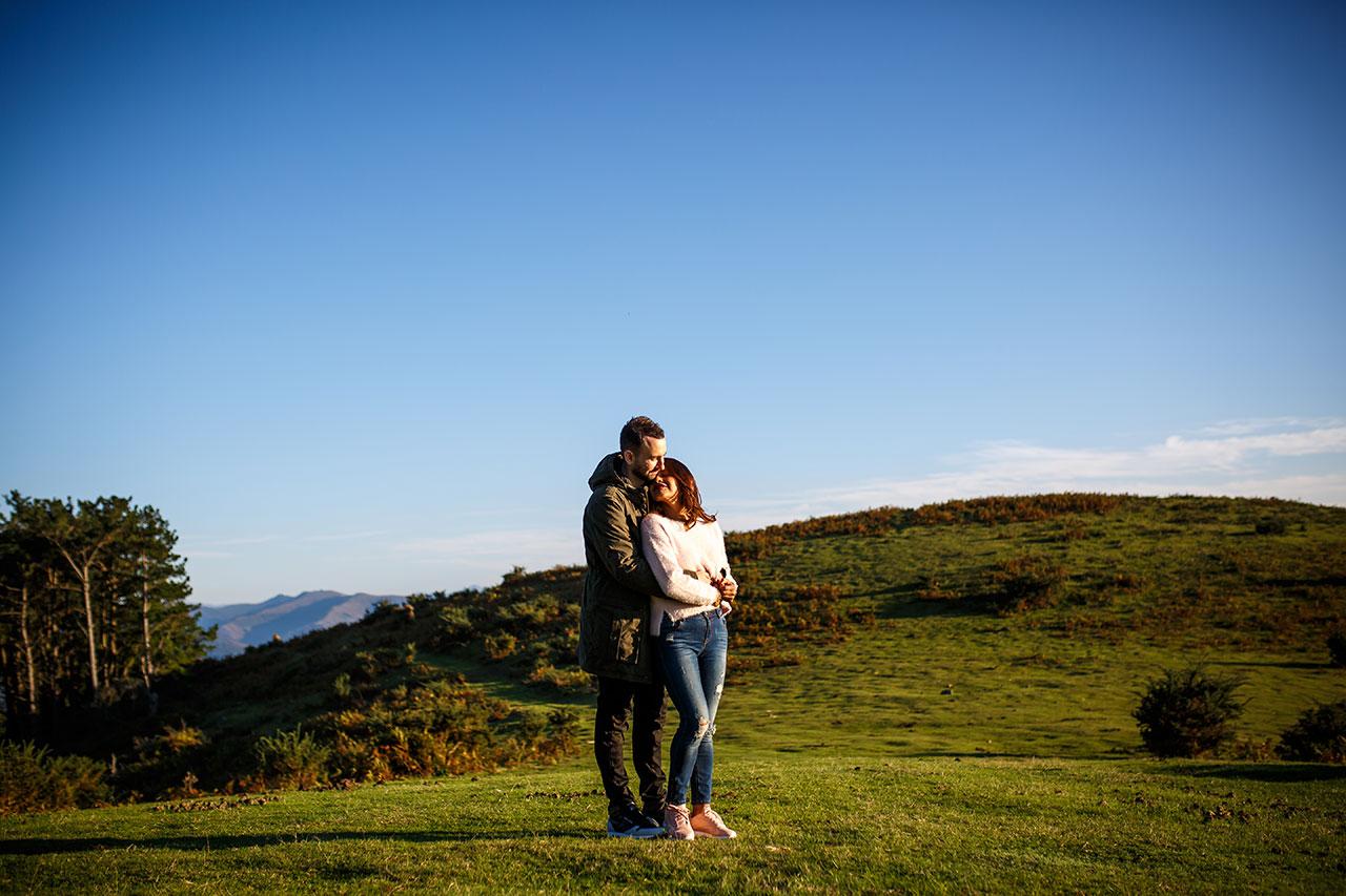 pareja en el monte de erlaitz abrazándose