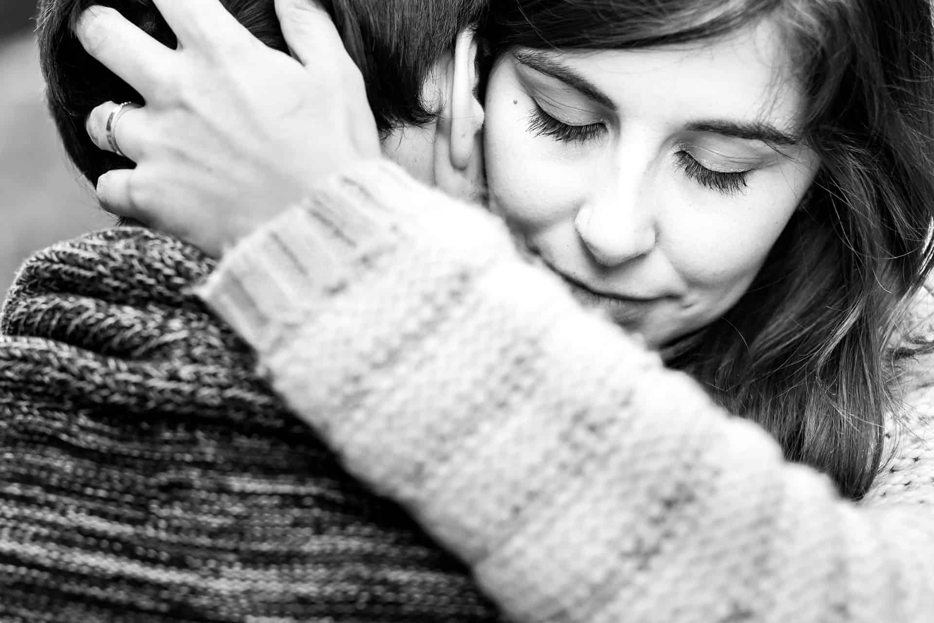 novia abrazando a su futuro marido