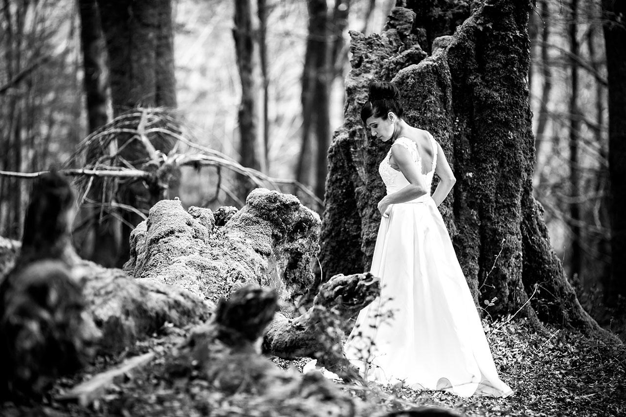 novia mirándose el vestido en blanco y negro