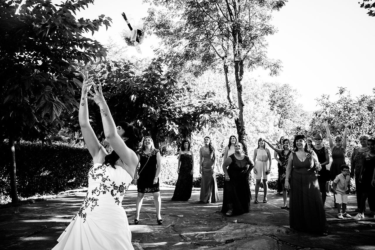 novia tirando el ramo muy arriba fotógrafos de boda en gipuzkoa