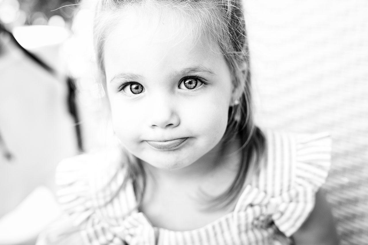 retrato de una niña en blanco y negro fotografos de boda en guipuzcoa