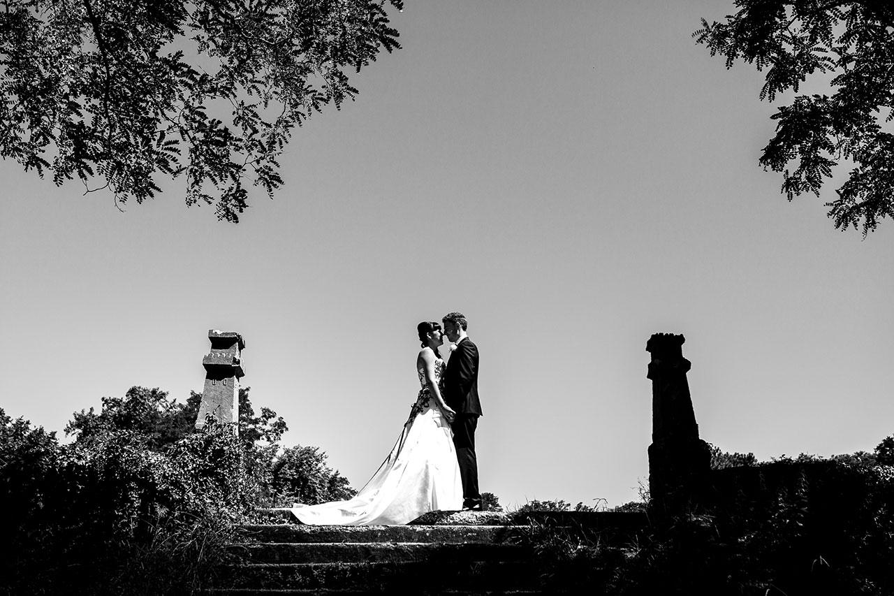 reportaje de pareja en los campos de la iglesia de guadalupe fotografos de boda en guipuzkoa