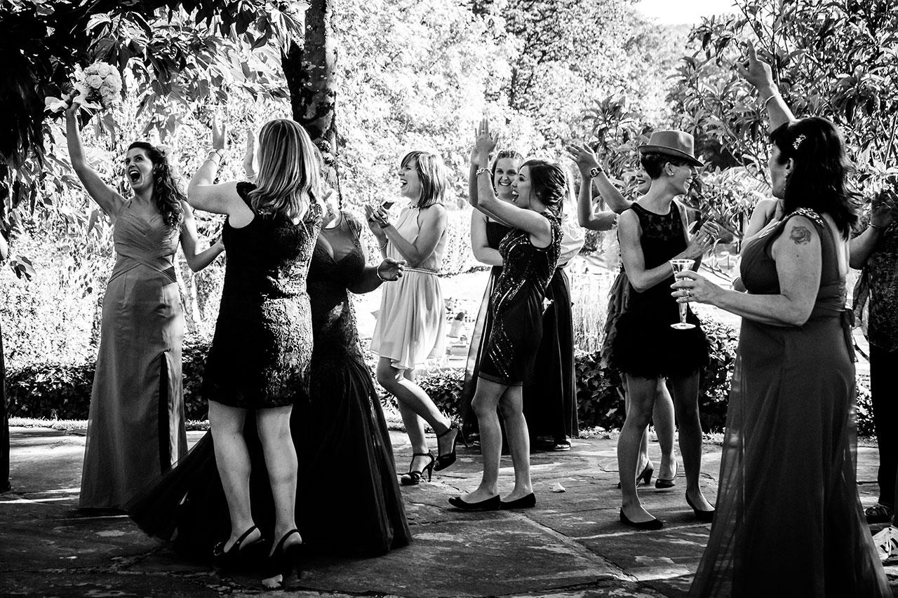 prima de la novia recien cogido el ramo de la boda fotógrafos de boda en irun