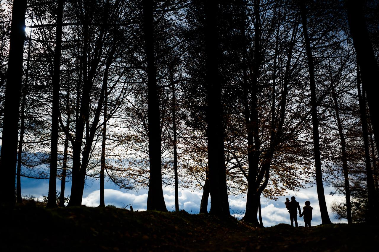 contraluz de una familia en el monte fotografos en gipuzkoa