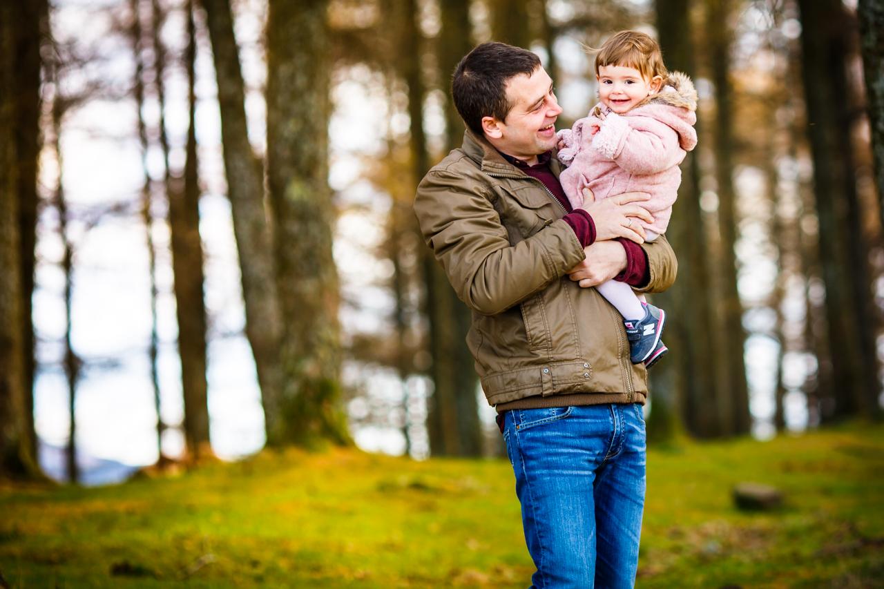 padre mirando a si hija amorosamente en un reportaje de familia en irun donostia san sebantian