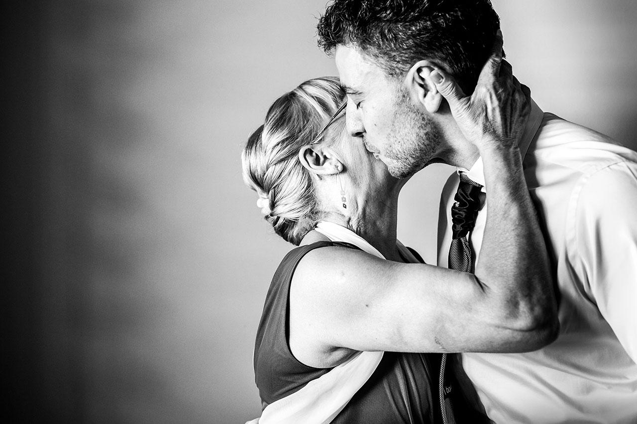 madre besando a su hijo fotógrafos de boda en gipuzkoa