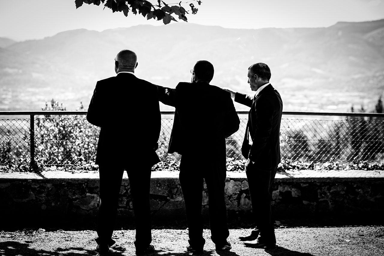 padrinos mirando al horizonte fotógrafos de boda en gipuzkoa