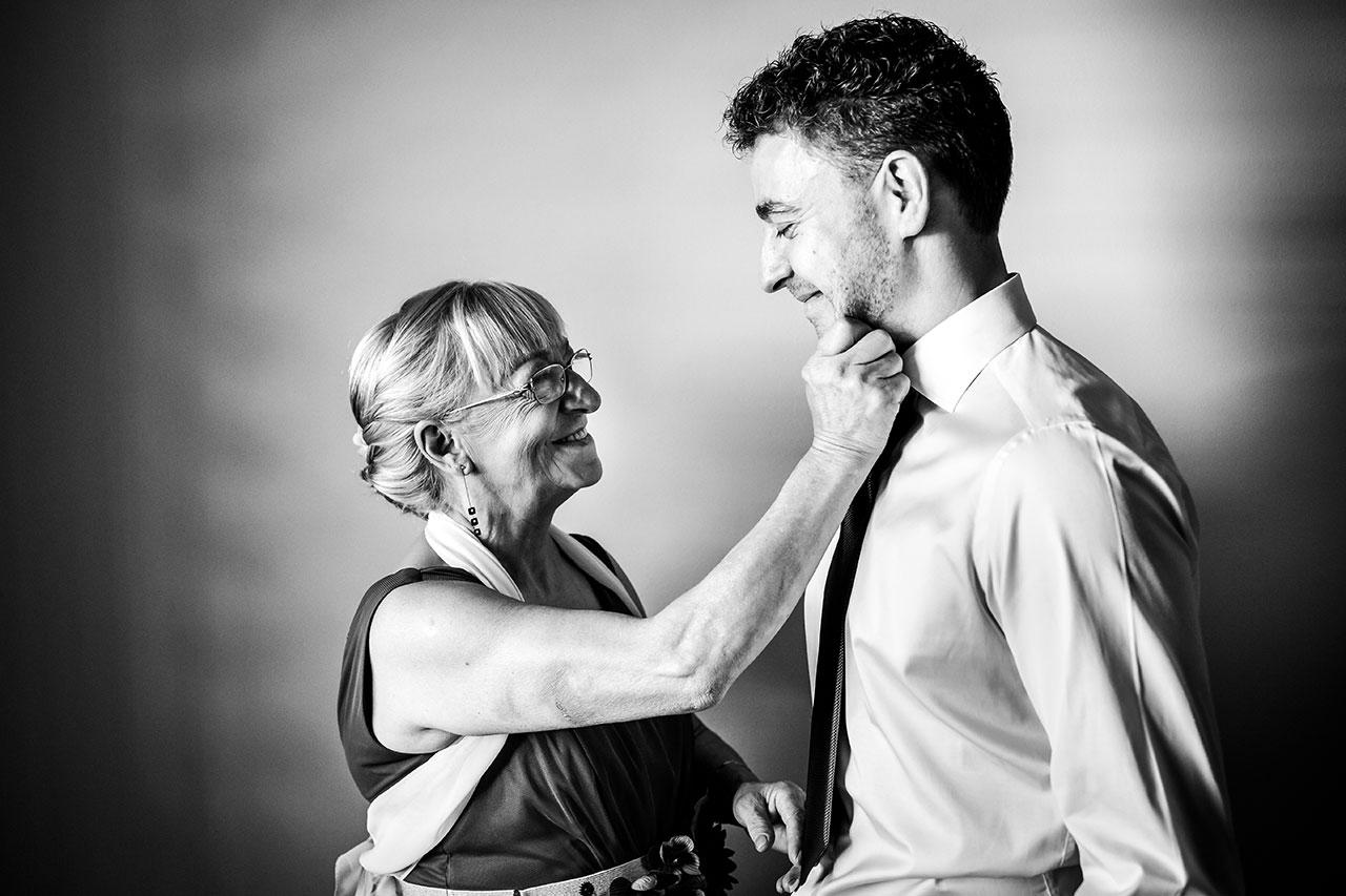 madre orgullosa de su hijo acariciandole fotógrafos de boda en gipuzkoa