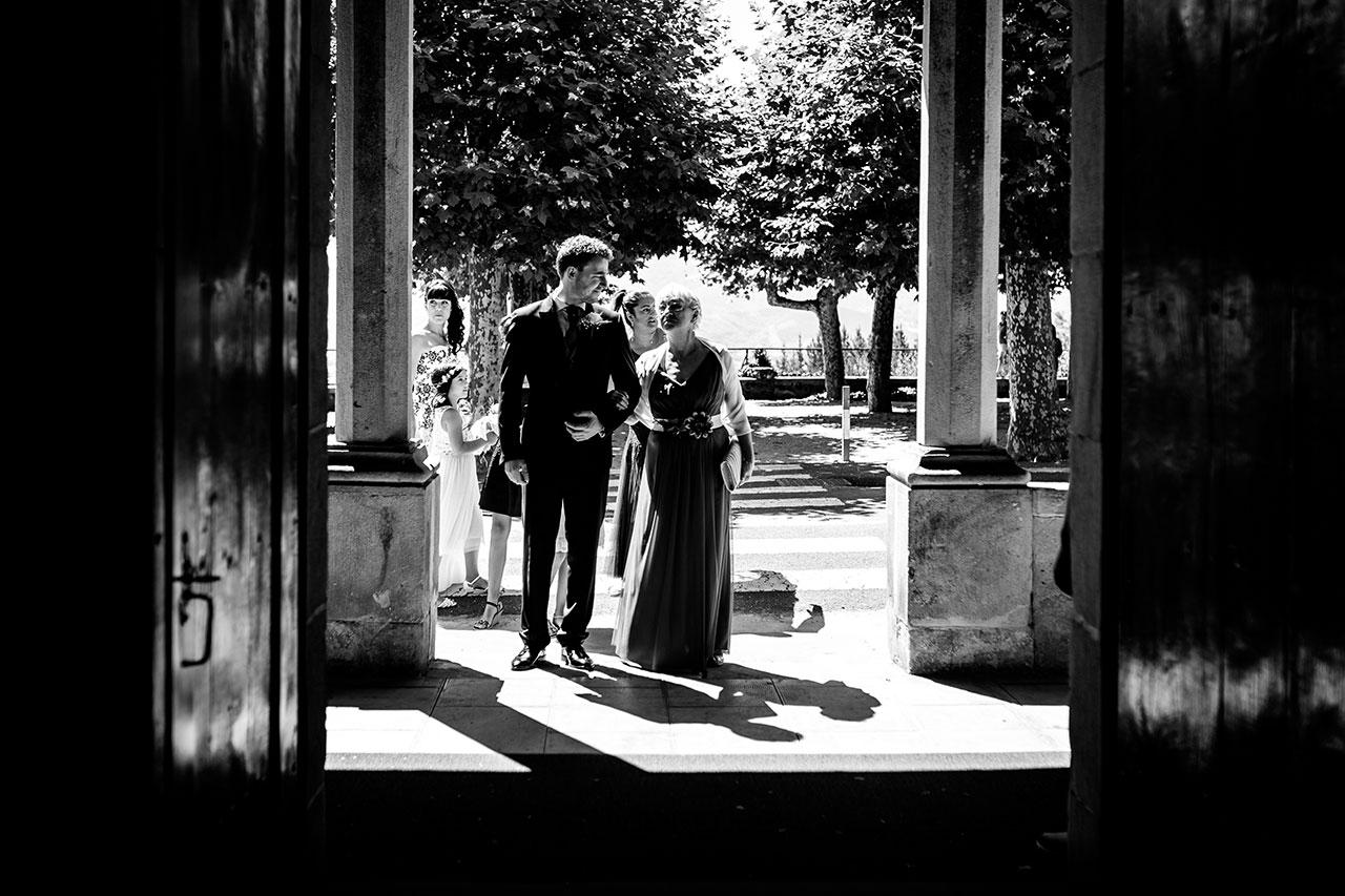 entrada del novio en la iglesia de guadalupe fotógrafos de boda en gipuzkoa