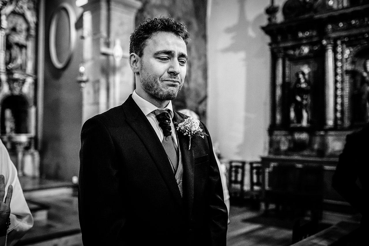 novio emocionado viendo a su futura esposa fotógrafos de boda en gipuzkoa