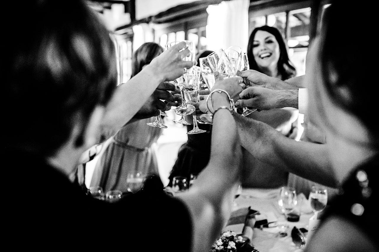 amigos brindando por ellos fotógrafos de boda en gipuzkoa