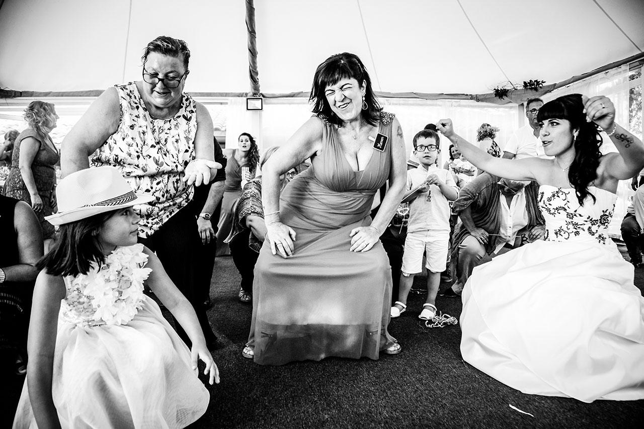 madre de la novia bailando mucho