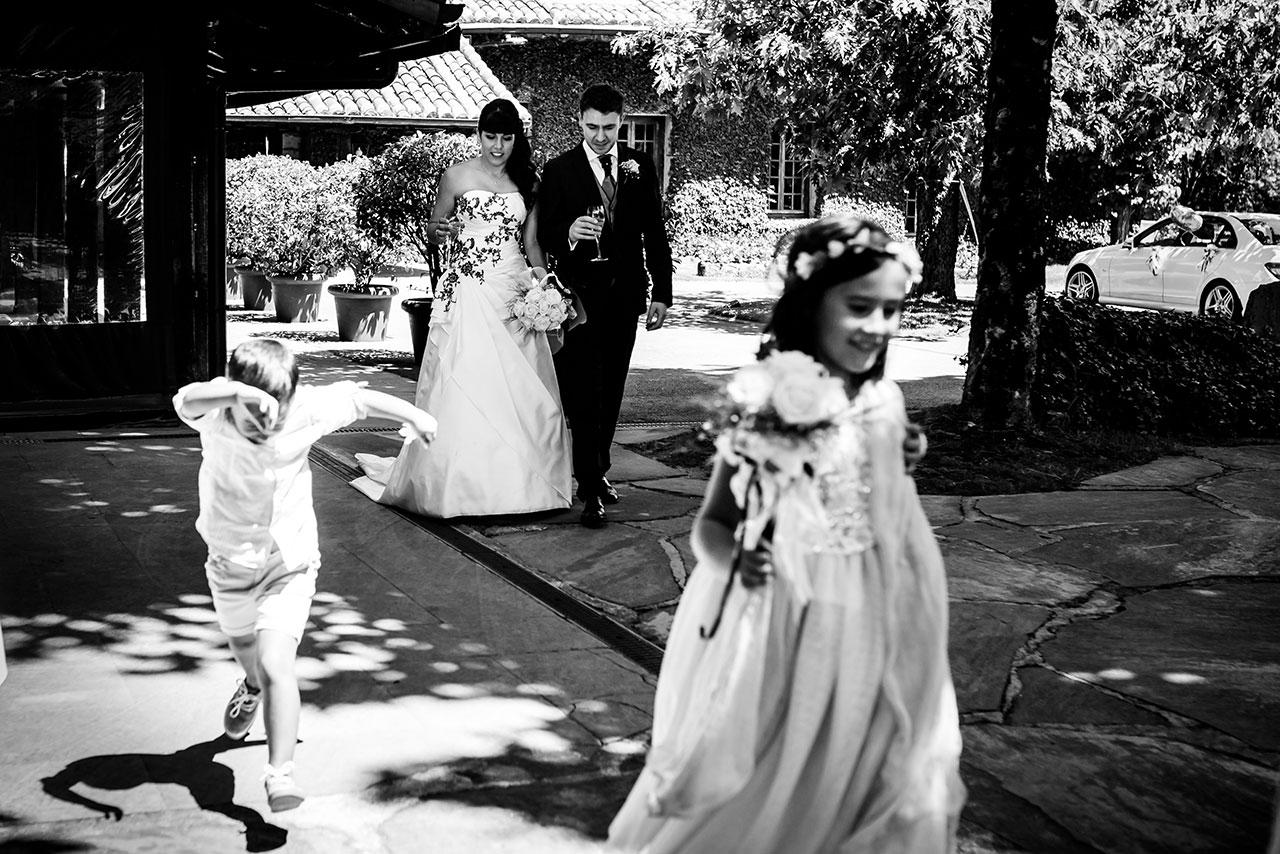 entrada de los novios al restaurante golf de san sebastian fotografos de boda en guipuzcoa