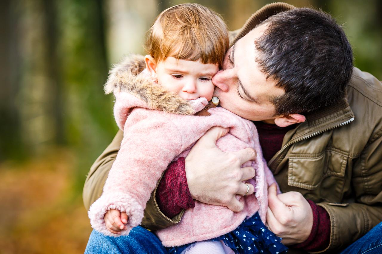 padre de familia dando un beso a su hija reportaje de familia en irun