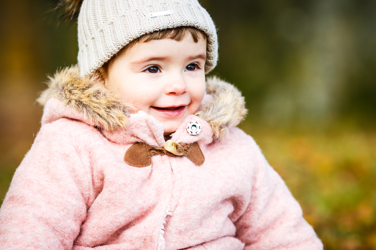 niña sonriendo y mirando a sus padres fotografos de familia en gipuzkoa