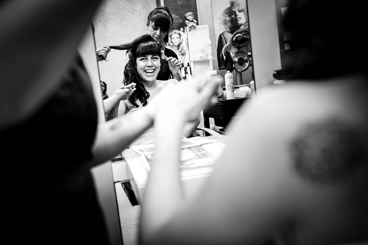 novia en la peluquería fotografos de boda en guipuzkoa