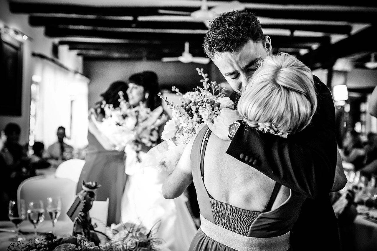 novios abrazando a sus madres y emocionados fotografos de boda en guipuzkoa
