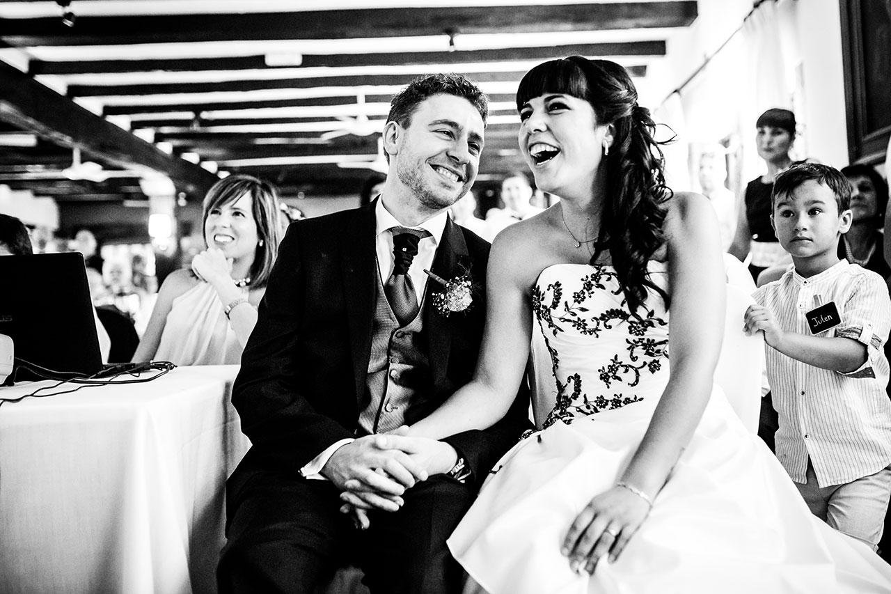 novios riendose al ver el vídeo de sus amigos fotografos de boda en guipuzkoa