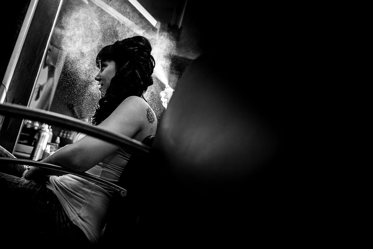 novia en la peluquería recibiendo laca fotografos de boda en guipuzcoa