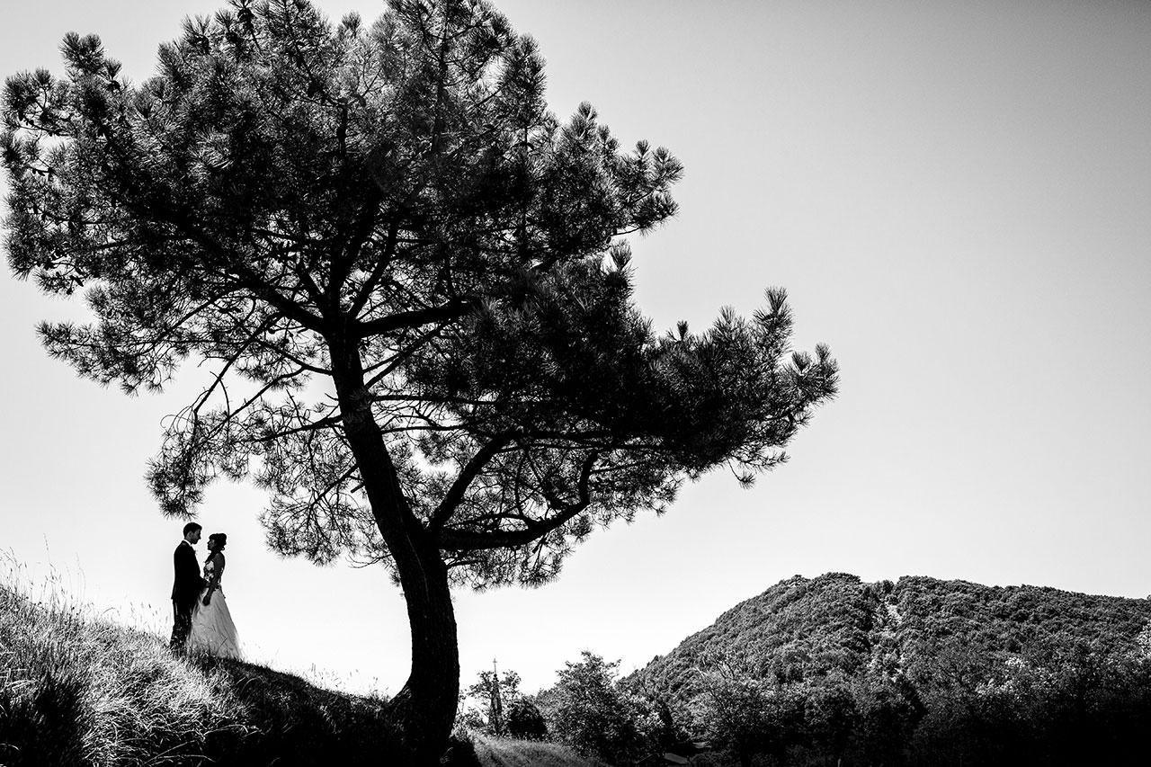 reportaje de pareja novios en la campa de la iglesia de guadalupe fotografos de boda en guipuzcoa