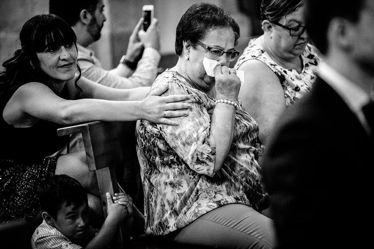 familiares emocionados en la iglesia de guadalupe fotografos de boda en guipuzcoa