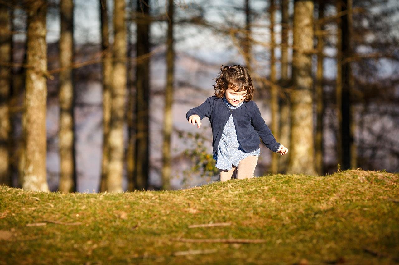 niña subiendo el monte en un reportaje de familia irun