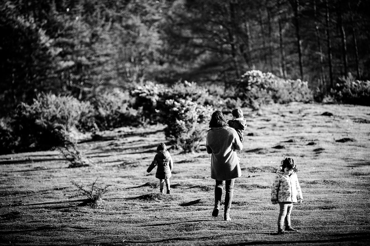 andando por el monte en erlaitz familia reportaje