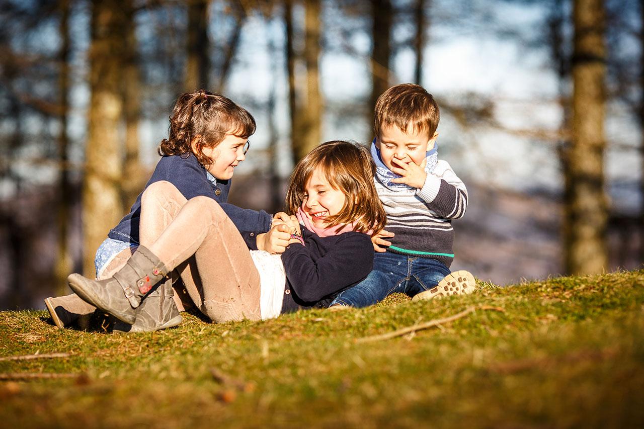 niños jugando en el suelo del monte