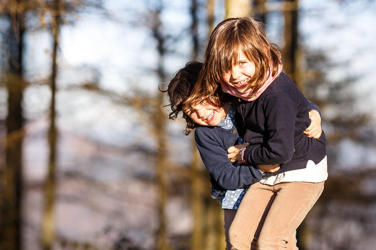 dos hermanas jugando en un reportaje en erlaitz irun