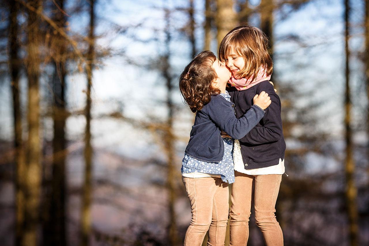 beso de hermanas en peñas de aia irun